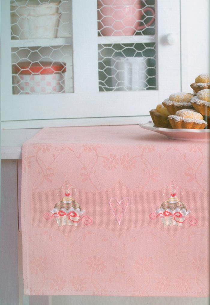 Deliciosos cupcakes en el mantel