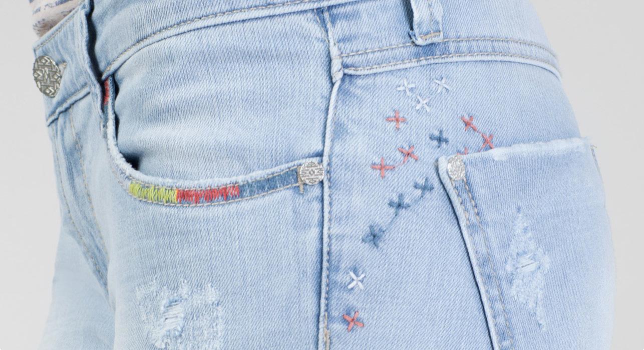 Jeans con detalles bordados