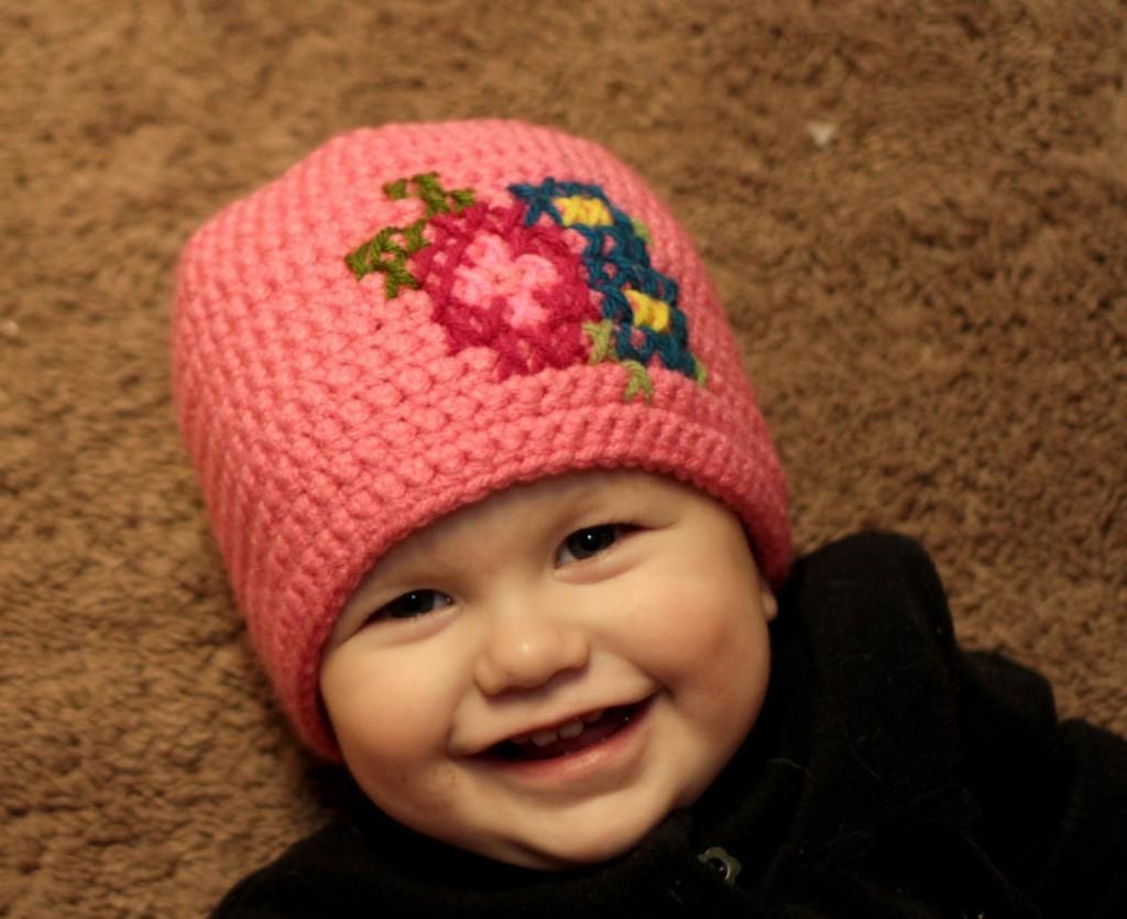 Gorro crochet bebe decorado en punto de cruz