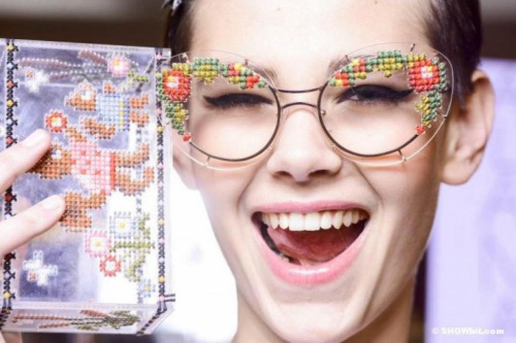 Gafas en punto de cruz de Ulyana Sergeenko